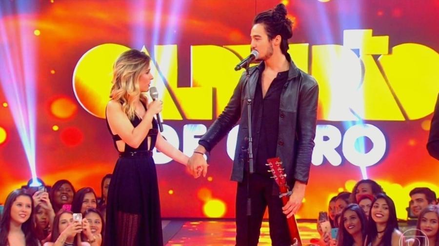 """Tatá Werneck e Tiago Iorc ficam de mãos dadas no """"Caldeirão de Ouro"""", especial musical do """"Caldeirão do Huck"""" - Reprodução/TV Globo"""