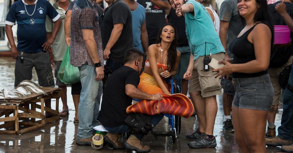 """Com cauda de sereia, Isis Valverde é transportada pela produção nos bastidores de """"A Força do Querer"""", em Belém"""