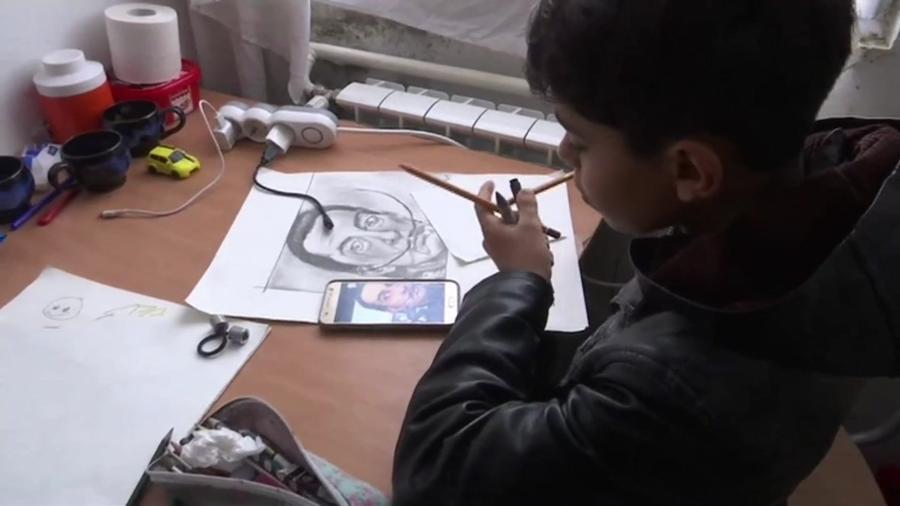 """""""Pequeno Picasso"""": Farhad Nouri é um menino afegão de apenas 10 anos que vive em um campo de refugiados  - Reprodução"""