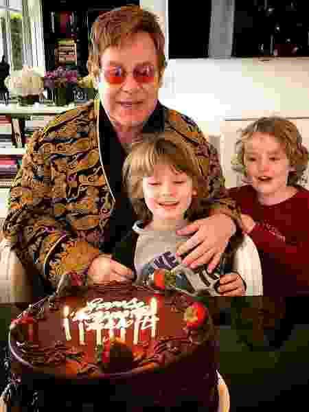 Elton John comemora 70 anos e ganha bolo de aniversário dos filhos - Reprodução/Instagram/eltonjohn - Reprodução/Instagram/eltonjohn