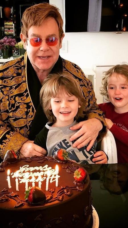 Elton John comemora 70 anos e ganha bolo de aniversário dos filhos - Reprodução/Instagram/eltonjohn