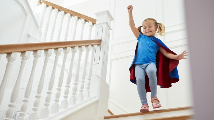Criança brincando na escada  - Getty Images