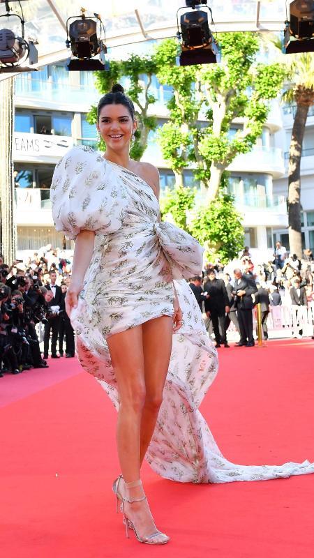 Em Cannes, Kendall Jenner mostra que usar meia com sandália está super em alta - Loic Venance/AFP