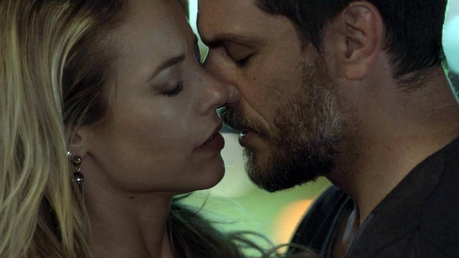 """Em """"A Força do Querer, Jeiza e Caio se beijam após trocarem confidências no bar - Reprodução/Gshow"""
