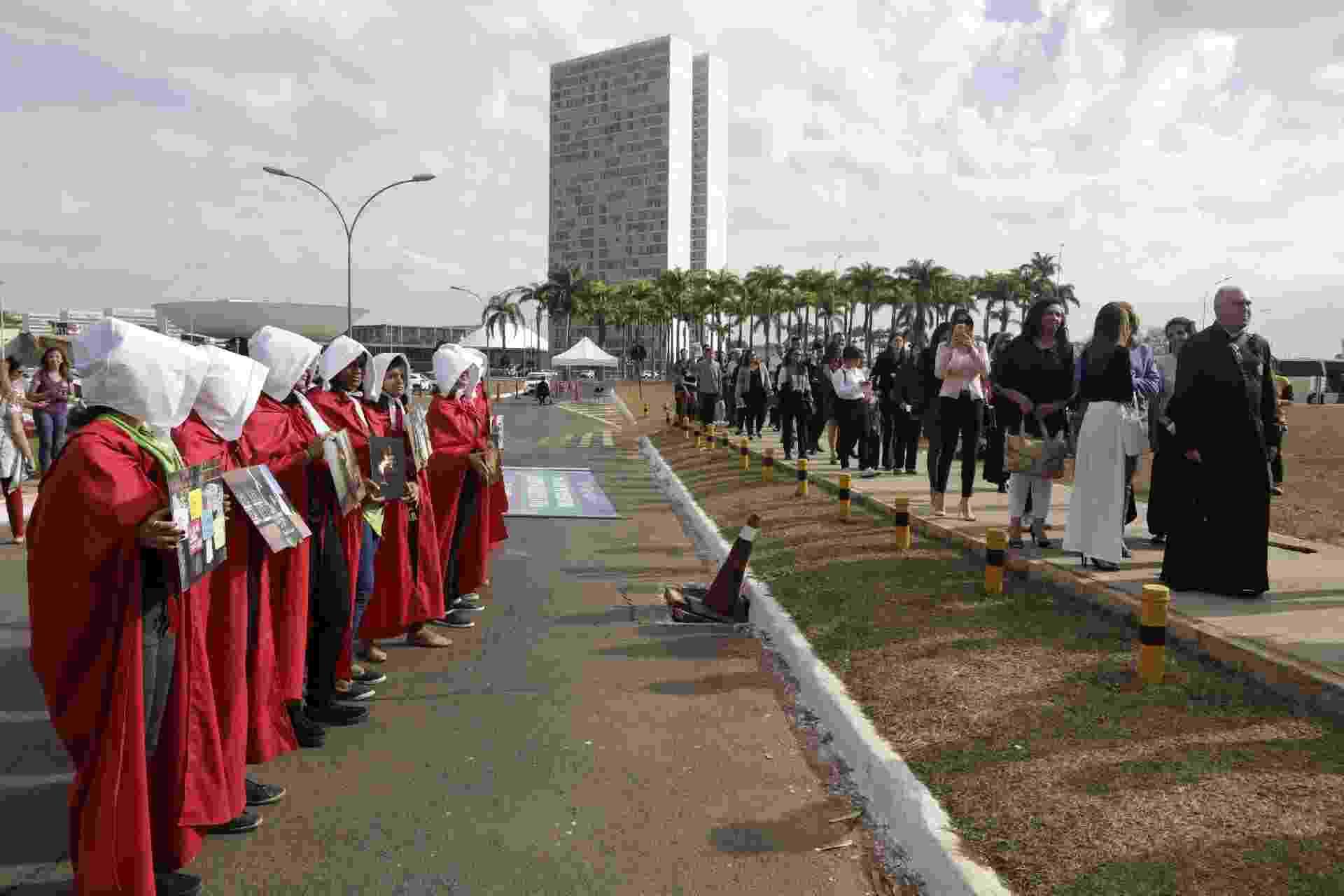 Militantes a favor e grupos religiosos contrários se manifestam na entrada do STF em Brasília - Lúcio Távora