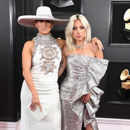 Com chapéu extravagante, Jennifer Lopez posou ao lado da amiga Lady Gaga - Getty Images