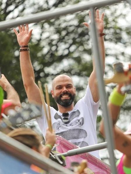Bruno Covas desfila no alto do trio do bloco Casa Comigo - Marcelo Justo/UOL