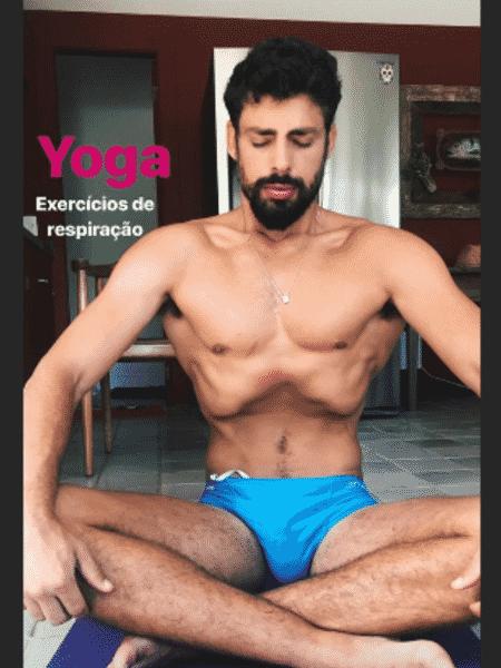 Cauã Reymond pratica yoga - Reprodução/Instagram