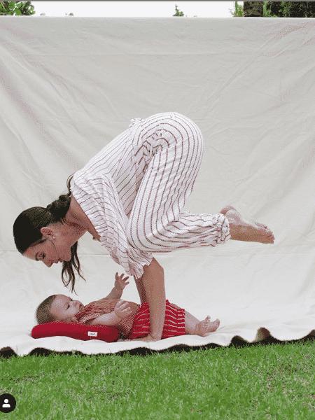 Isis Valverde faz pose de ioga em cima do filho - Reprodução/Instagram