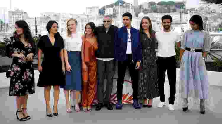 "O diretor Abdellatif Kechiche com o elenco de seu filme ""Mektoub, My Love : Intermezzo"", no Festival de Cannes 2019 - Christophe Simon/AFP - Christophe Simon/AFP"