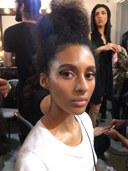 Modelos usaram o traço minimalista e maquiagem assinada por Cris Biato no desfile de Lilly Sarti no SPFW - Natália Eiras/UOL