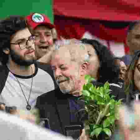 Lula ao lado do neto Thiago Trindade em Curitiba, após sua libertação - Reprodução/Twitter