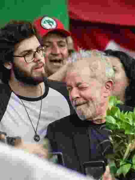 Lula ao lado do neto Thiago Trindade nesta sexta-feira (8) - Reprodução/Twitter