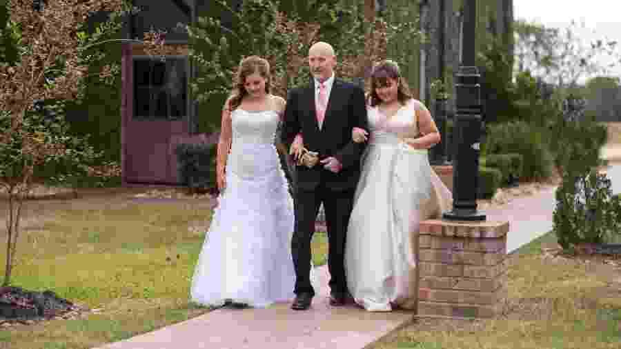 As ismãs Kaylee, 18, e Ashlee, 16, pedem a última dança com o pai, Jason. Ele tem alguns meses de vida - Reprodução/Facebook