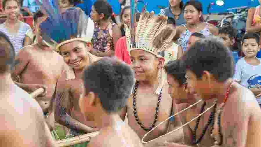Crianças dançam durante ação social promovida por empresa na aldeia Passarinho - Marcos Camargo/Jeep Brasil