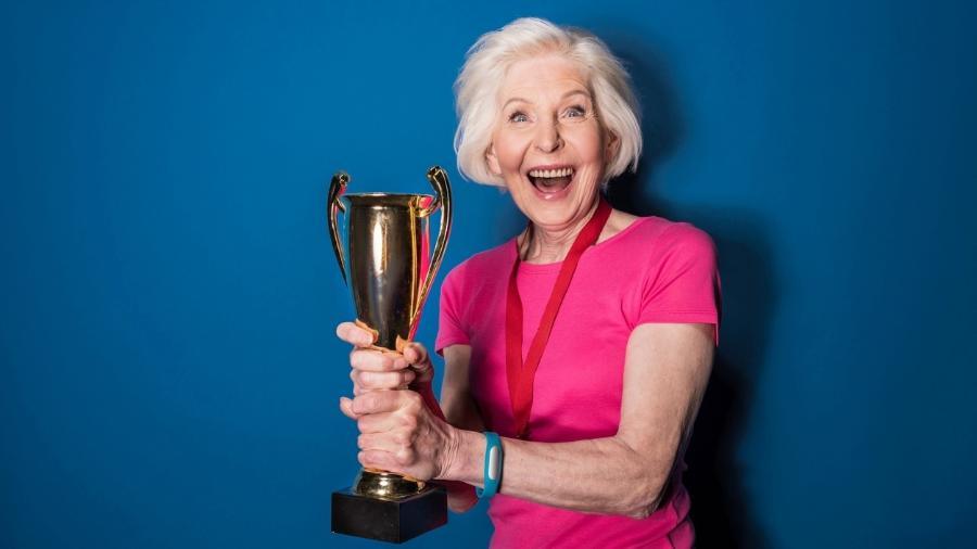 """Levantar um troféu é bom; mas, para cada signo, o """"sucesso"""" representa uma coisa! - LightFieldStudios/Getty Images/iStockphoto"""
