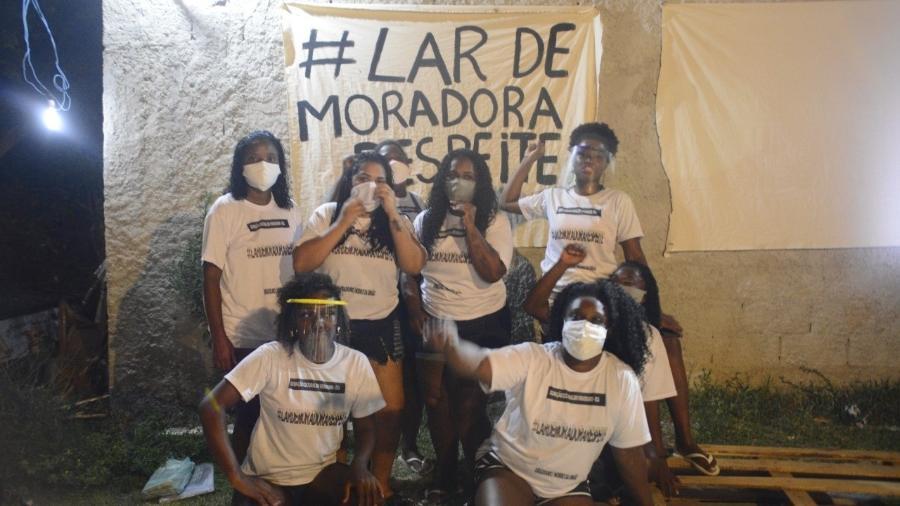 Moradoras do Complexo do Viradouro se reúnem para instalar recados aos policiais - Arquivo pessoal