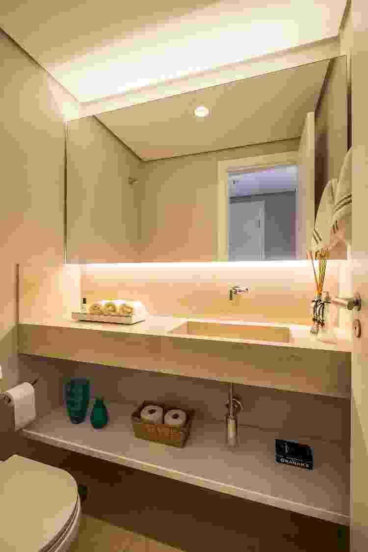 Fitagem de LED é comumente usada em banheiros para a iluminação do espelho - Estúdio São Paulo - Estúdio São Paulo
