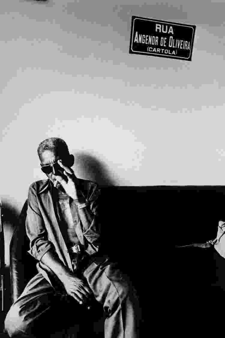 Imagem do encontro do compositor Cartola com o fotógrafo Walter Firmo no pé do Morro da Mangueira, em 1980, no Rio de Janeiro - Walter Firmo/Divulgação - Walter Firmo/Divulgação