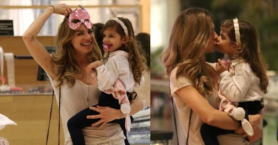 31.jul.2015- Grazi Massafera se diverte com a filha Sophia em shopping na Barra da Tijuca, zona oeste do Rio. Mãe e filha deram risadas e trocaram carinhos durante passeio