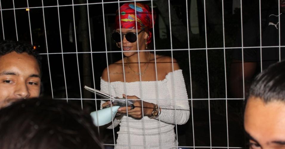 26.set.2015 - Rihanna é tietada por fãs e distribui autógrafos em heliponto da Lagoa, antes de embarcar para a Cidade do Rock.