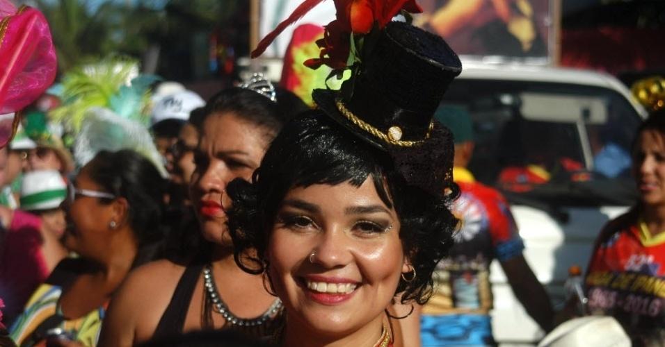 23.jan.2016 - Milhares de foliões acompanham o desfile do bloco A Banda de Ipanema, na Zona Sul do Rio de Janeiro. Fantasias bem trabalhadas marcaram a tarde na orla de Ipanema.