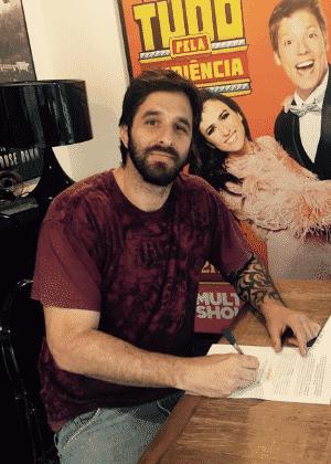 31.mar.2016 - Rafinha Bastos publica foto assinando contrato com o Multishow - Reprodução/Twitter/@rafinhabastos