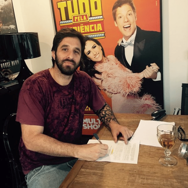 31.mar.2016 - Rafinha Bastos publica foto assinando contrato com o Multishow