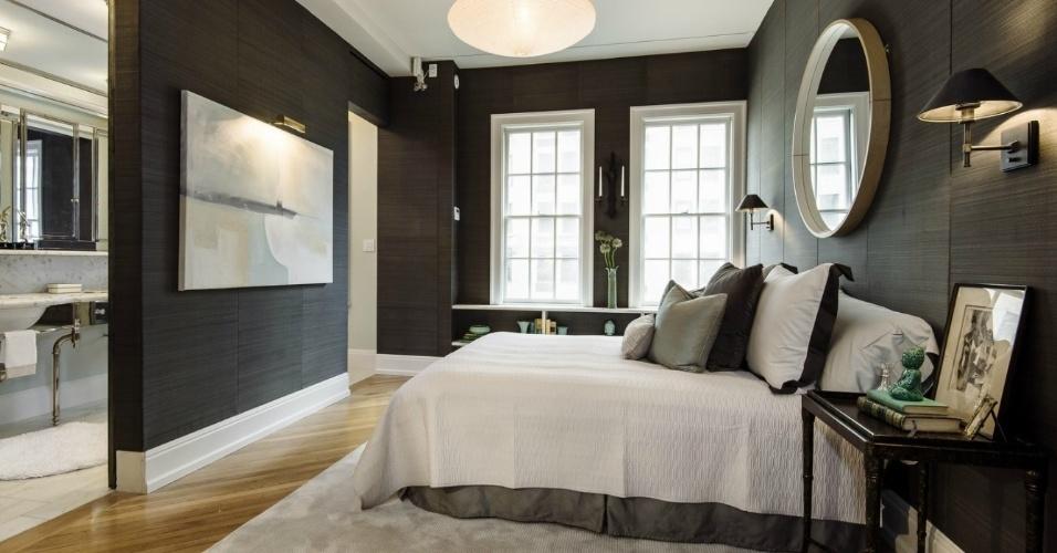 Em um dos quarto de hóspedes da cobertura dúplex de Uma Thurman, colocada à venda por R$ 22 milhões, o piso é de madeira clara. O dormitório é amplo e conta com um banheiro e paredes revestidas pelo tecido escuro