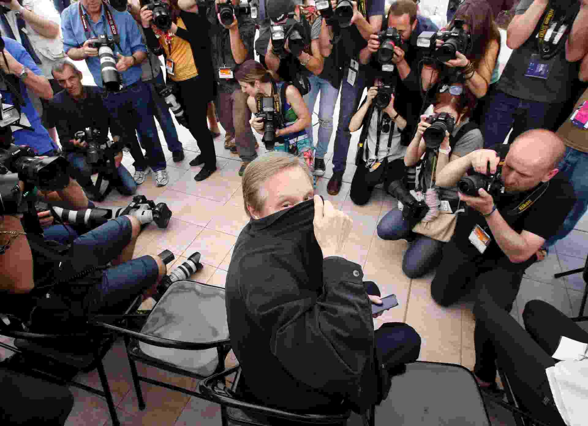 """18.mai.2016 - Diretor dos clássicos """"O Exorcista"""" e """"Operação França"""", William Friedkin brinca e se esconde dos fotógrafo durante sua masterclass no Festival de Cannes 2016 - REUTERS/Eric Gaillard"""