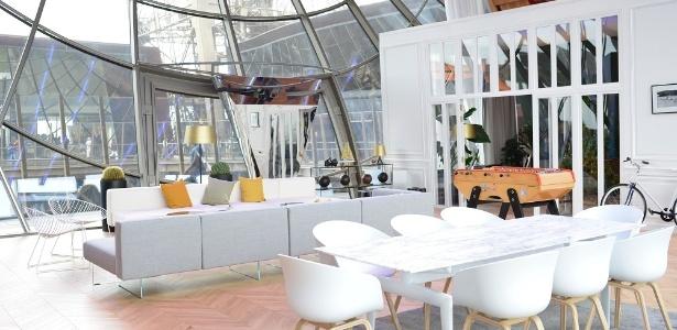 O espaço tem uma sala com mesa de jantar, sofás e uma TV de 140 polegadas - Divulgação/HomeAway