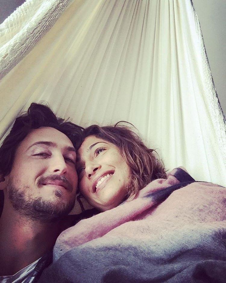 20.mai.2016 - Igor Angelkorte demorou para parabenizar a namorada, Camila Pitanga, que comemorou 39 anos na última terça (14), porém compensou com uma enorme declaração de amor no Instagram, em que publicou uma foto deitado na rede com a amada.