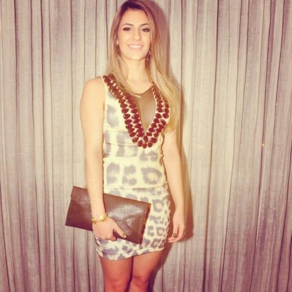 Namorada de Luan Santana, Jade Magalhães, usa conjunto de animal print com decote