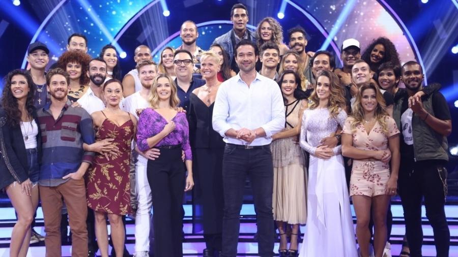 """Xuxa posa com Sergio Marone, repórter do """"Dancing Brasil"""", e as 14 duplas participantes do reality - Anderson Borde/AgNews"""