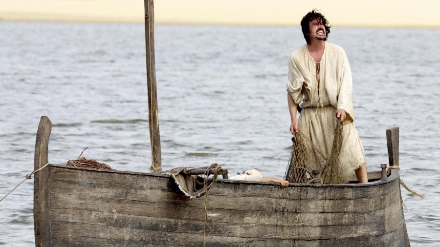 """Cena de """"Milagres de Jesus"""", escrita por Vivian de Oliveira; no barco, Simão (Caio Junqueira), um dos discípulos de Jesus - Chico Rasta/Divulgação/Record"""