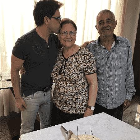 Zezé Di Camargo com os pais, Dona Helena e Seu Francisco - Reprodução/Instagram