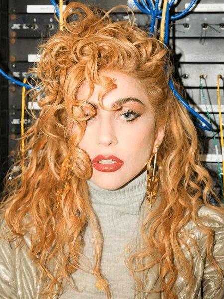 93b127bed Loira, morena e agora ruiva: confira a evolução dos looks de Lady Gaga