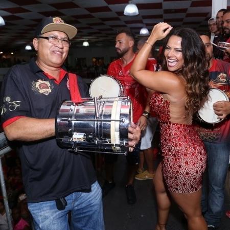 Viviane Araújo cai no samba em ensaio na quadra da Salgueiro, no Rio - AgNews