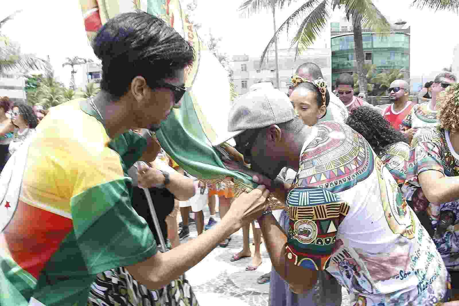 Lázaro Ramos beija a bandeira da escola Império Ricardense que vai homenagear sua trajetória no enredo 2018 - Marcos Ferreira/Brazil News