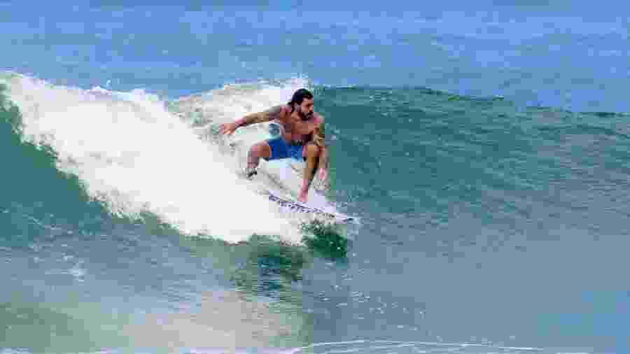 Juliano Cazarré relaxa praticando surfe na praia da Macumba, zona Oeste do Rio, e mostra que leva jeito para o esporte - AgNews