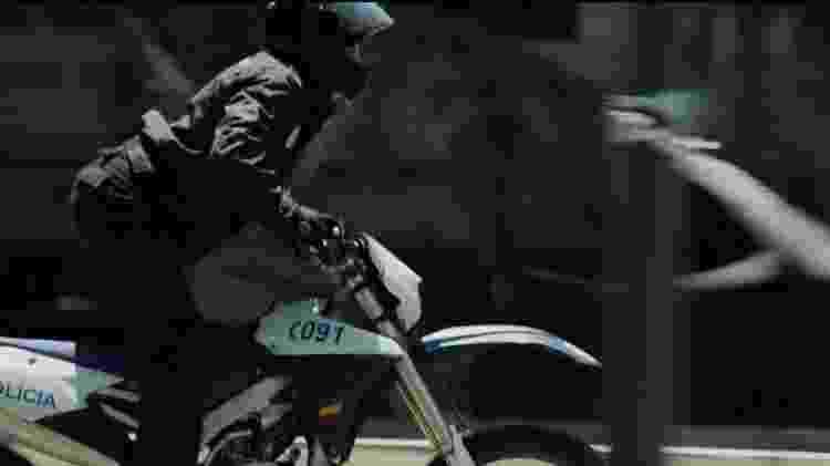"Tóquio corre de moto em cena de ""La Casa de Papel"" - Reprodução/Netflix - Reprodução/Netflix"