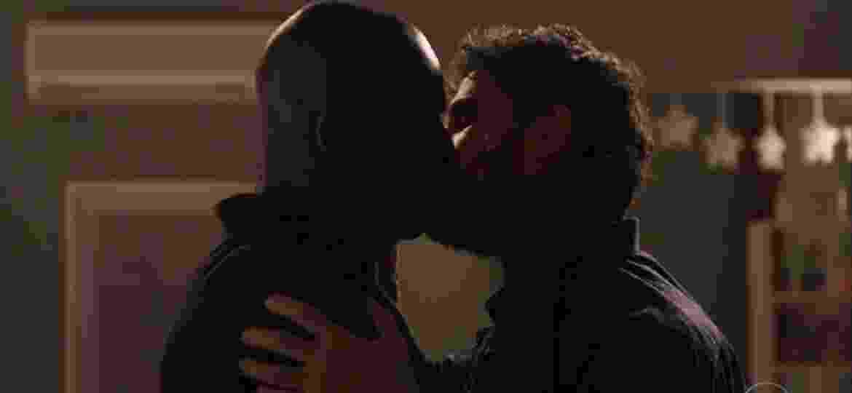 """Samuel (Eriberto Leão, à esquerda) e Cido (Rafael Zulu, à direita) protagonizam beijo gay em """"O Outro Lado do Paraíso"""" - Reprodução/TV Globo"""