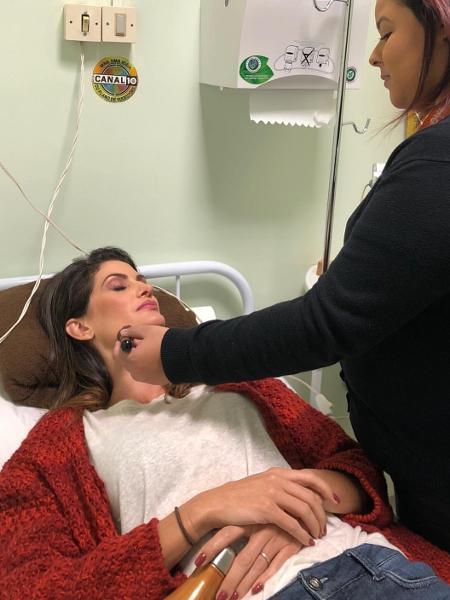Isabella Fiorentino é maquiada enquanto se recupera após passar mal no SBT - Reprodução/Instagram/isabellafiorentino