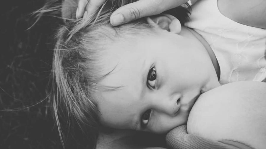 Sarah Everett amamenta a filha de 4 anos e acredita que esta é uma prática saudável e natural  - Reprodução/Instagram/Sarah Everett Photography