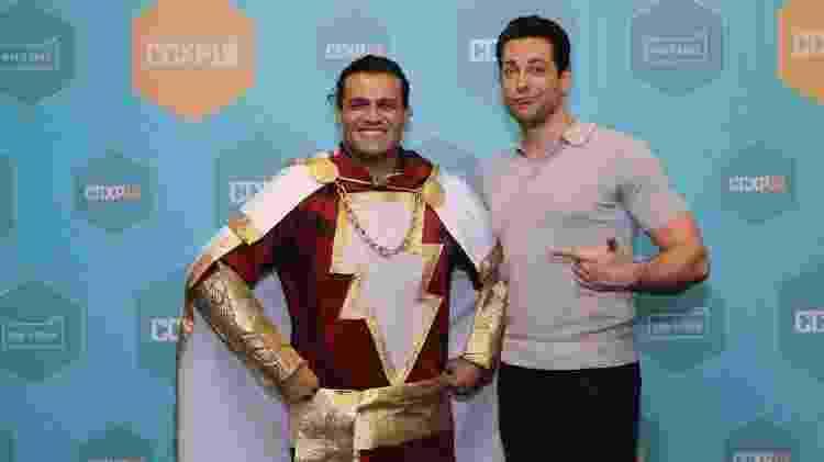 Gustavo Menezes, fantasiado de Shazam, posa com Zachary Levi na CCXP 2018 - Gustavo Menezes/Arquivo pessoal