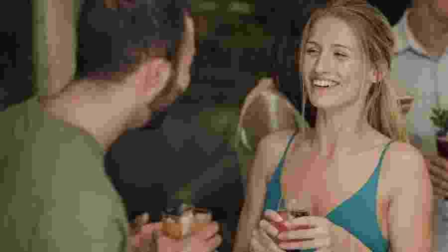 Homens e mulheres analisados em um estudo baixaram o tom de voz quando demonstraram interesse no parceiro - Getty Images