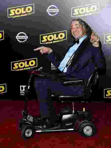 """De cadeira de rodas, Peter Mayhew cruza o tapete vermelho da pré-estreia de """"Han Solo: Uma História Star Wars"""", em maio de 2018 - Phillip Faraone/WireImage"""