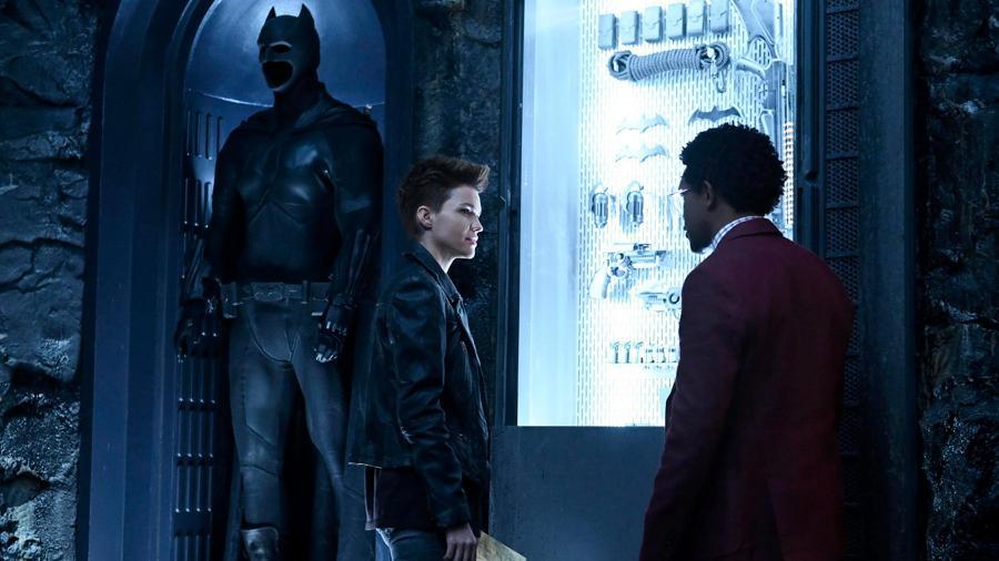 """Batwoman"": Kate Kane (Ruby Rose) e Luke Fox (Camrus Johnson) ao lado do traje do Batman - Kimberley French/The CW"