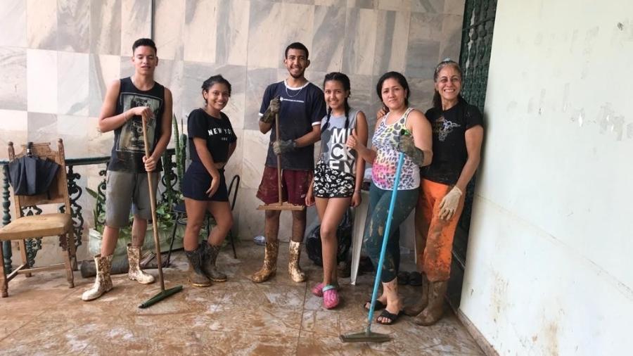 Venezuelanos ajudam a limpar regiões tomadas de barro em MG  - Arquivo Pessoal