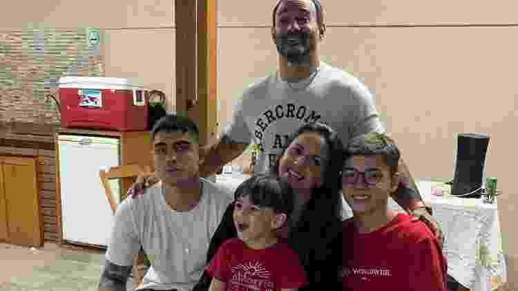 Caio com a mãe Carol, o padrasto Carlos e os irmãos Rodrigo e João - Reprodução/Instagram